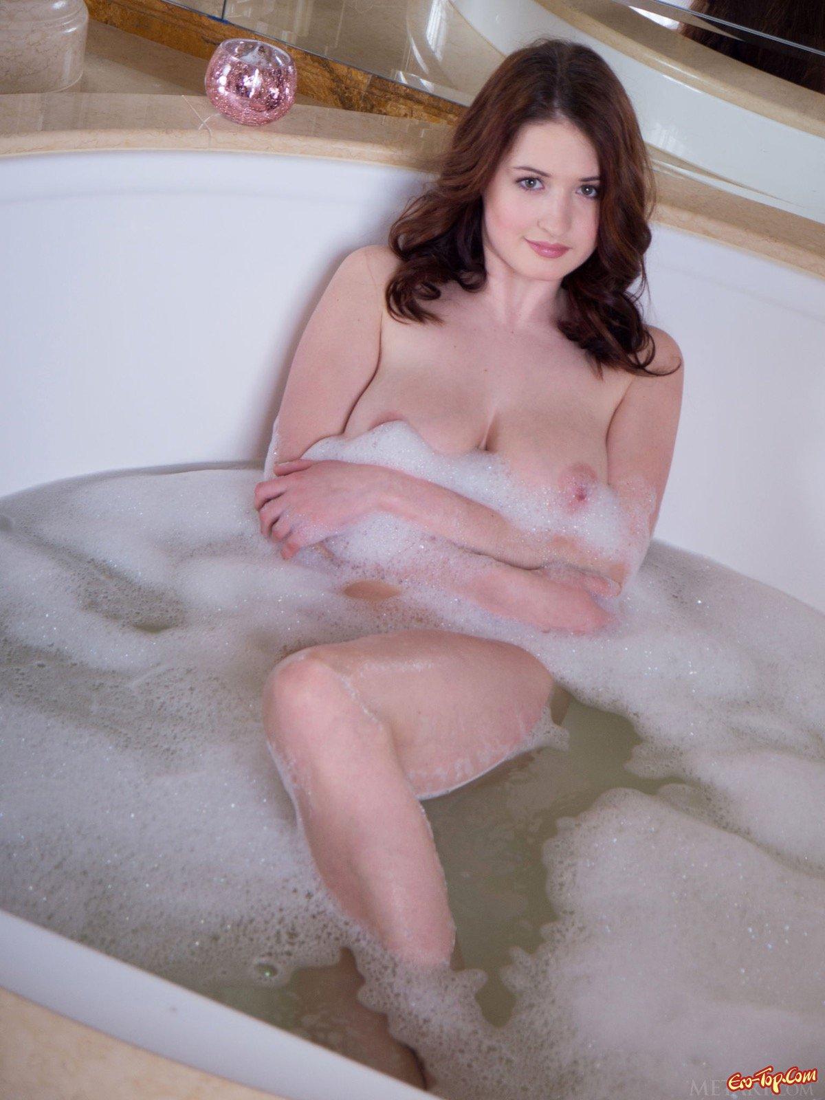 Мокрая девушка с громадной грудью фоткается под струями душа смотреть эротику