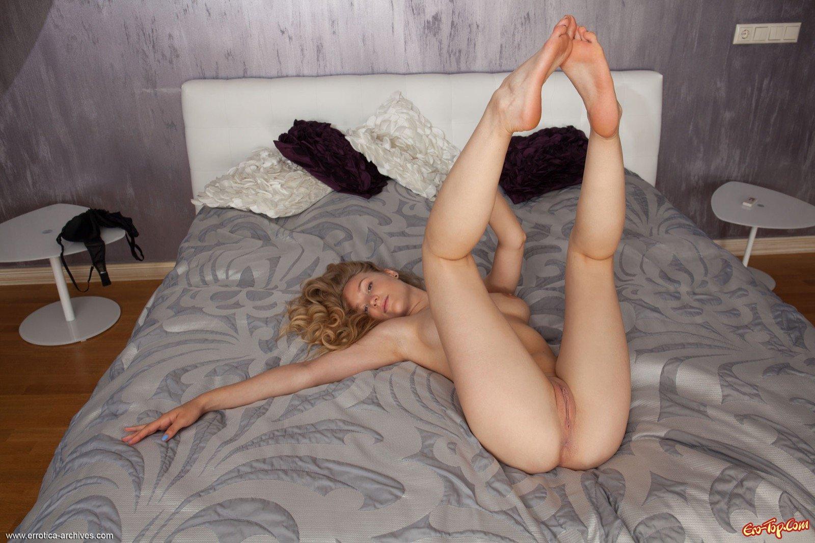 Белокурая милашка с красивым телом позирует в постели