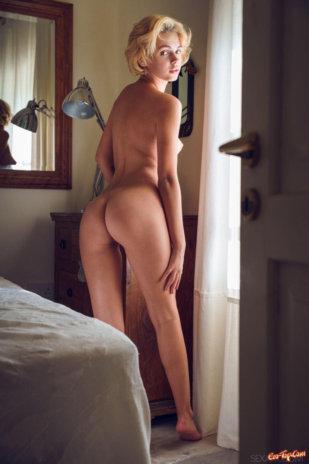 Милая блондинка разделась и показала киску в постели
