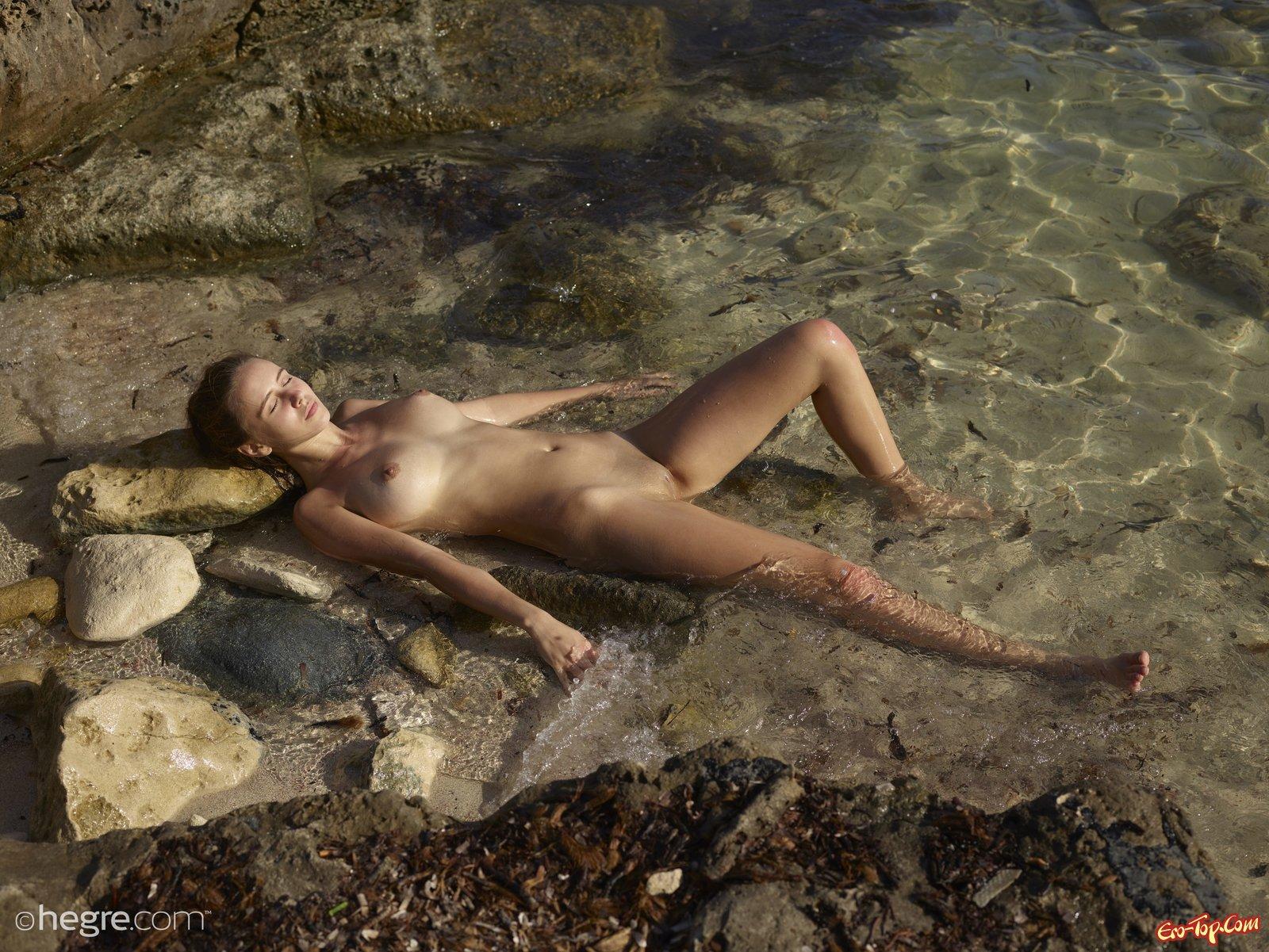Обнаженная девица показала грудь и киску в море