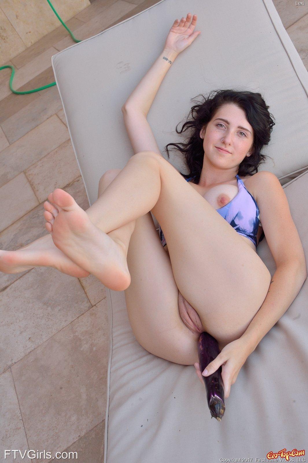Брюнетка мастурбирует широкий анус большим кабачком