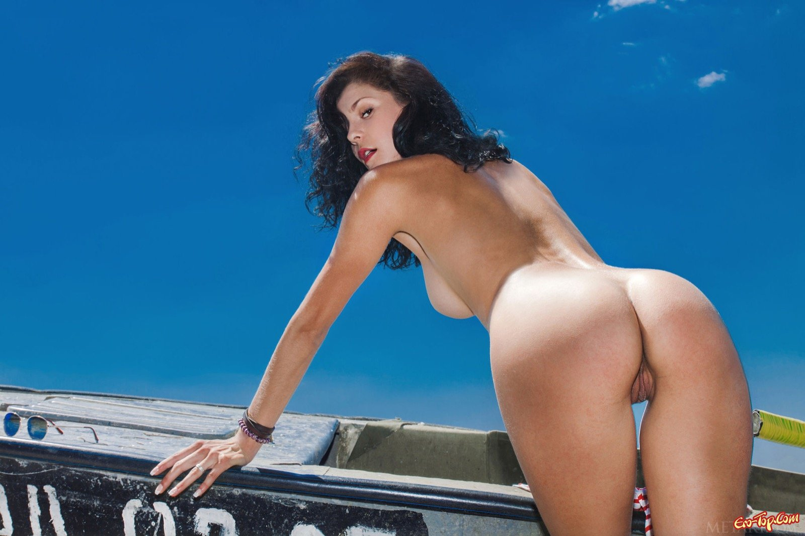 Сучка скинула трусы и делает селфи рядом с лодкой секс фото