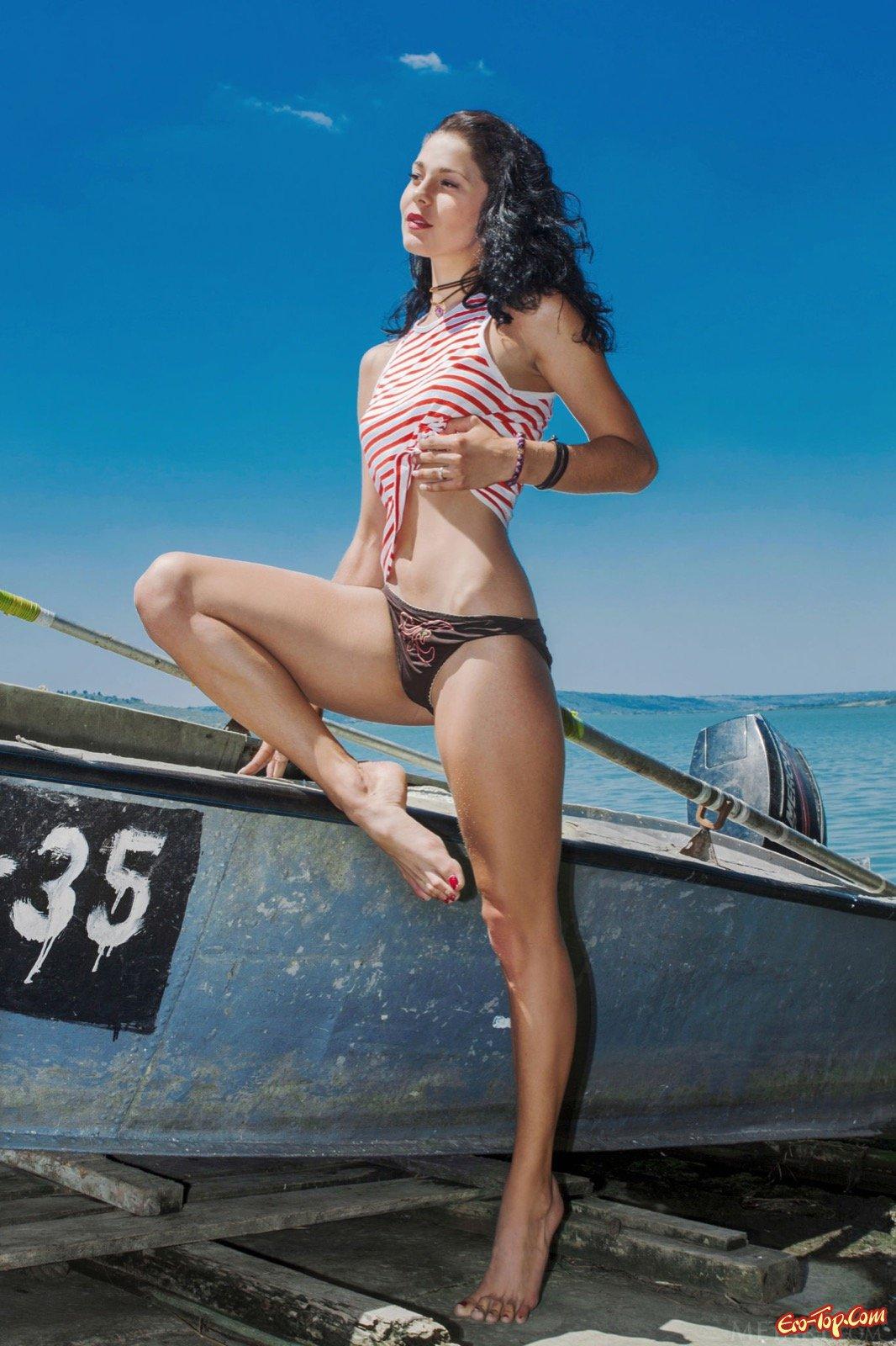 Красотка сняла трусики и позирует рядом с лодкой
