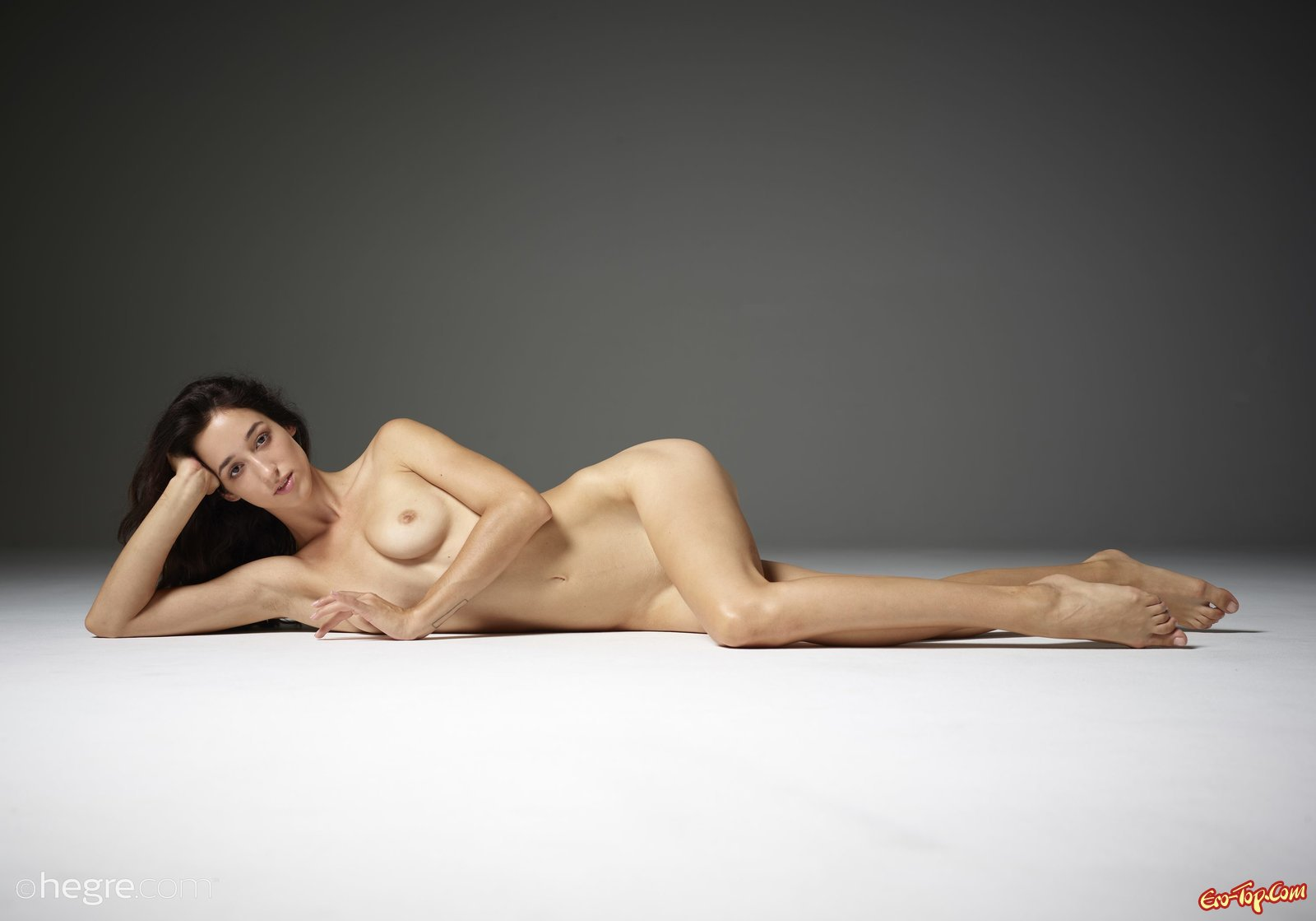 Голенькая стройняшка показала грудь и киску на полу