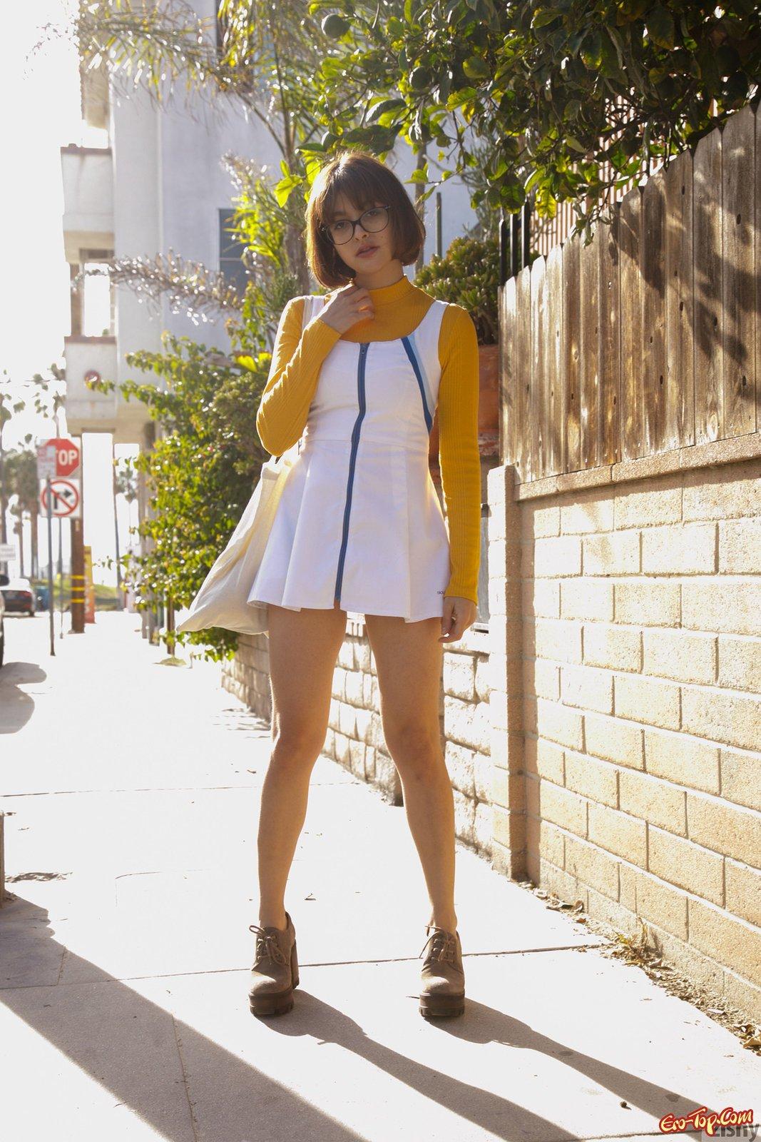 Милаха в коротком платье засвечивает трусики на улице