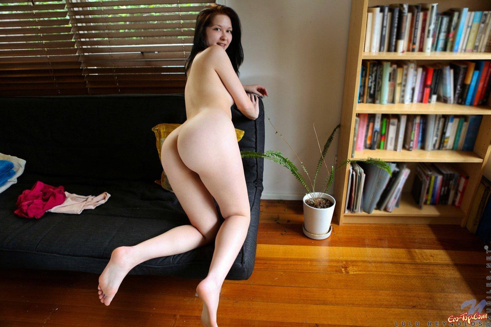 Няшка с длинноногой жопой засвечивает рыжую вагину