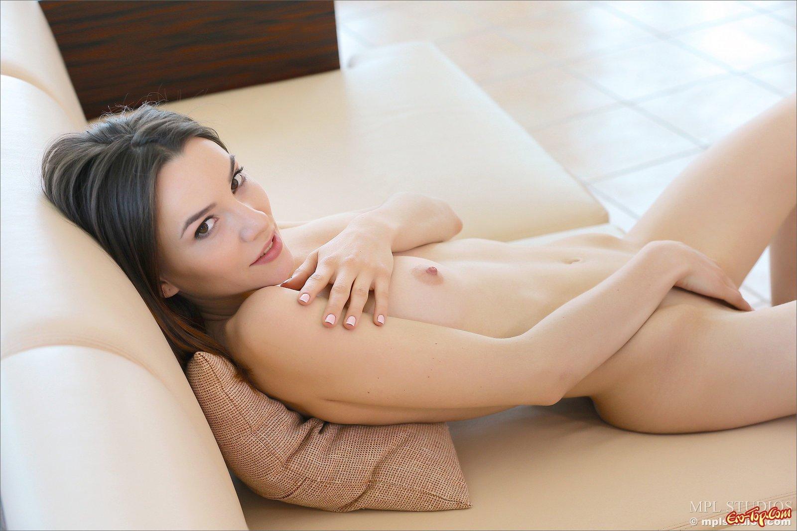 Сожительница обнажила сексапильное туловище на диванчике