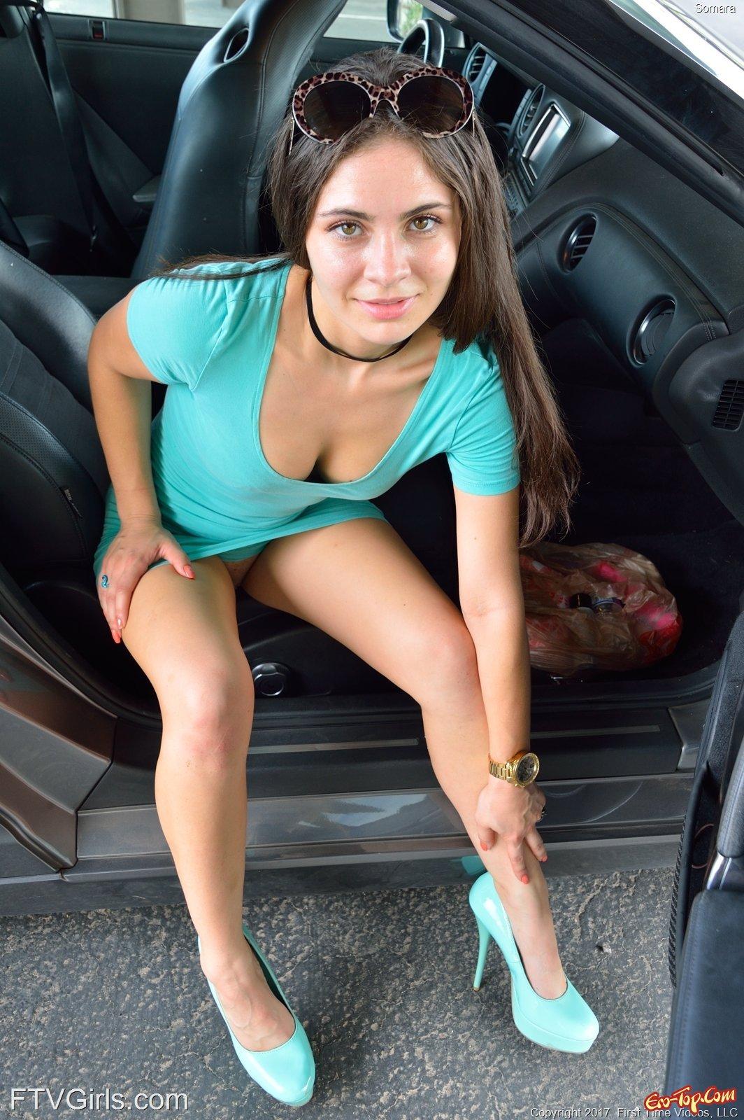 Красотка приподняв платье засвечивает ухоженную пилотку смотреть эротику