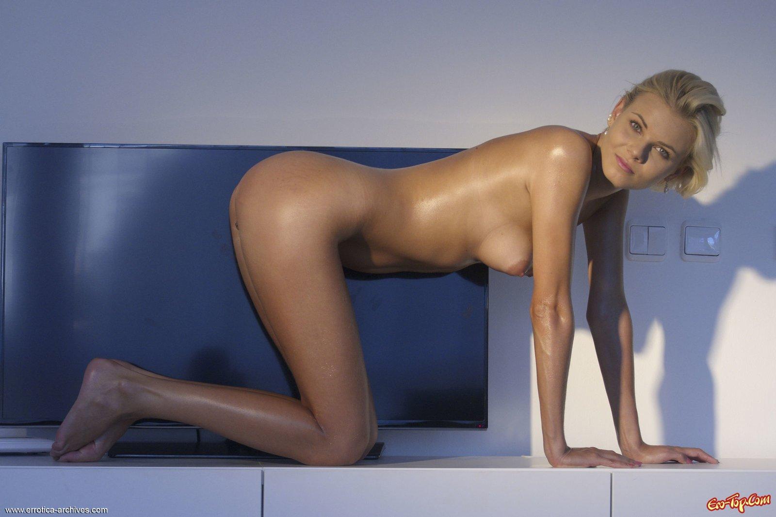 Нагая блондинка умело позирует на кухне