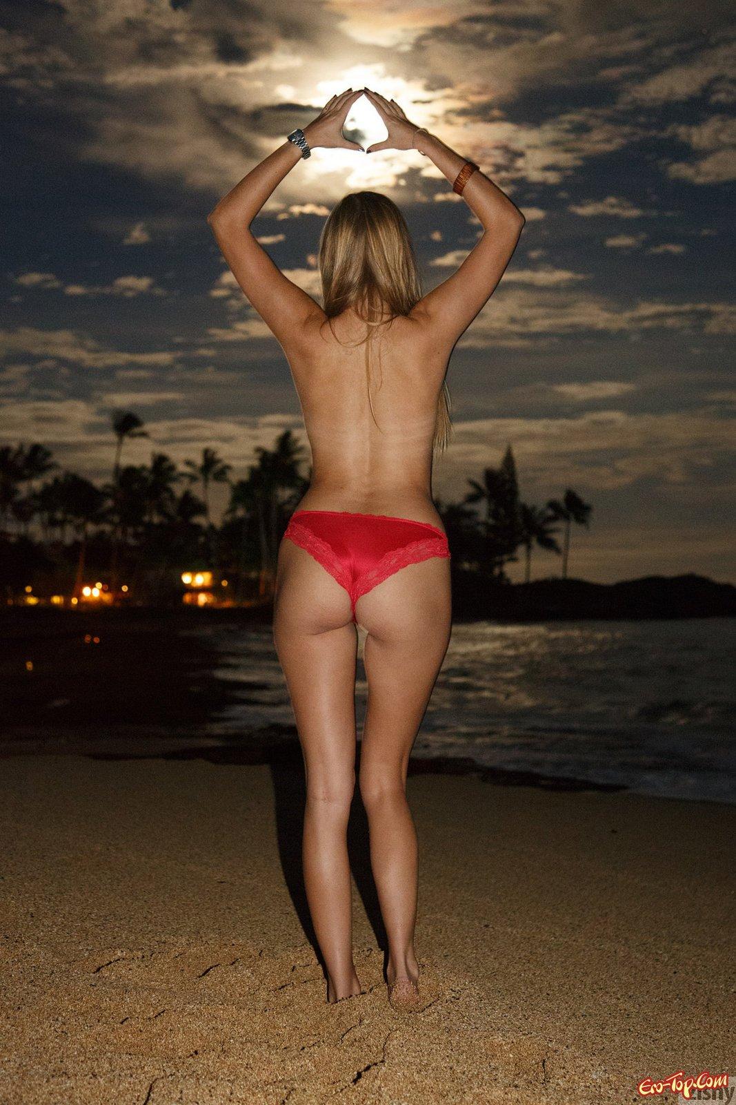 Блондиночка в платье фотографируется в людных местах и у моря