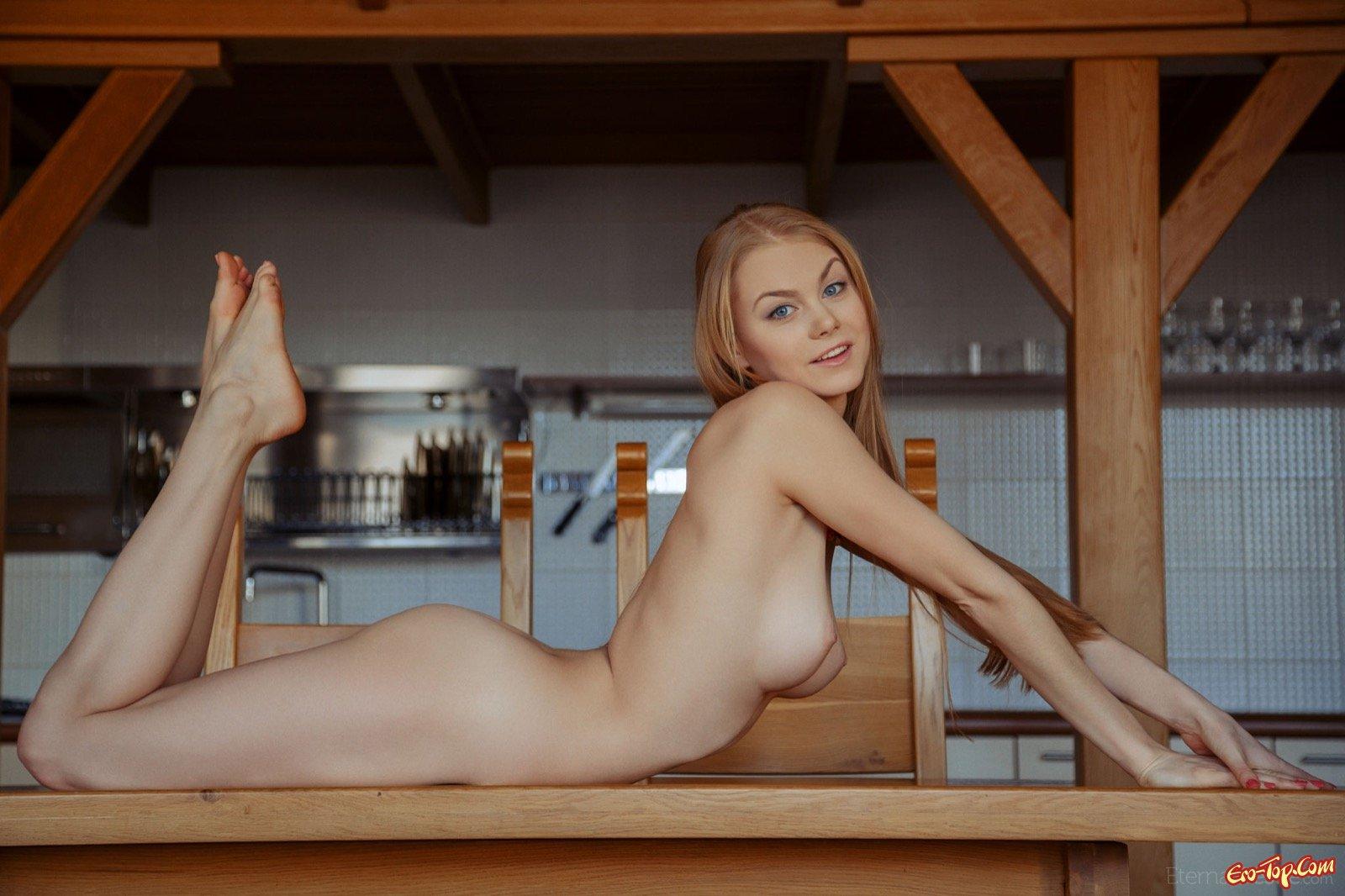 Голая тёлка показала красивое тело на кухонном столе
