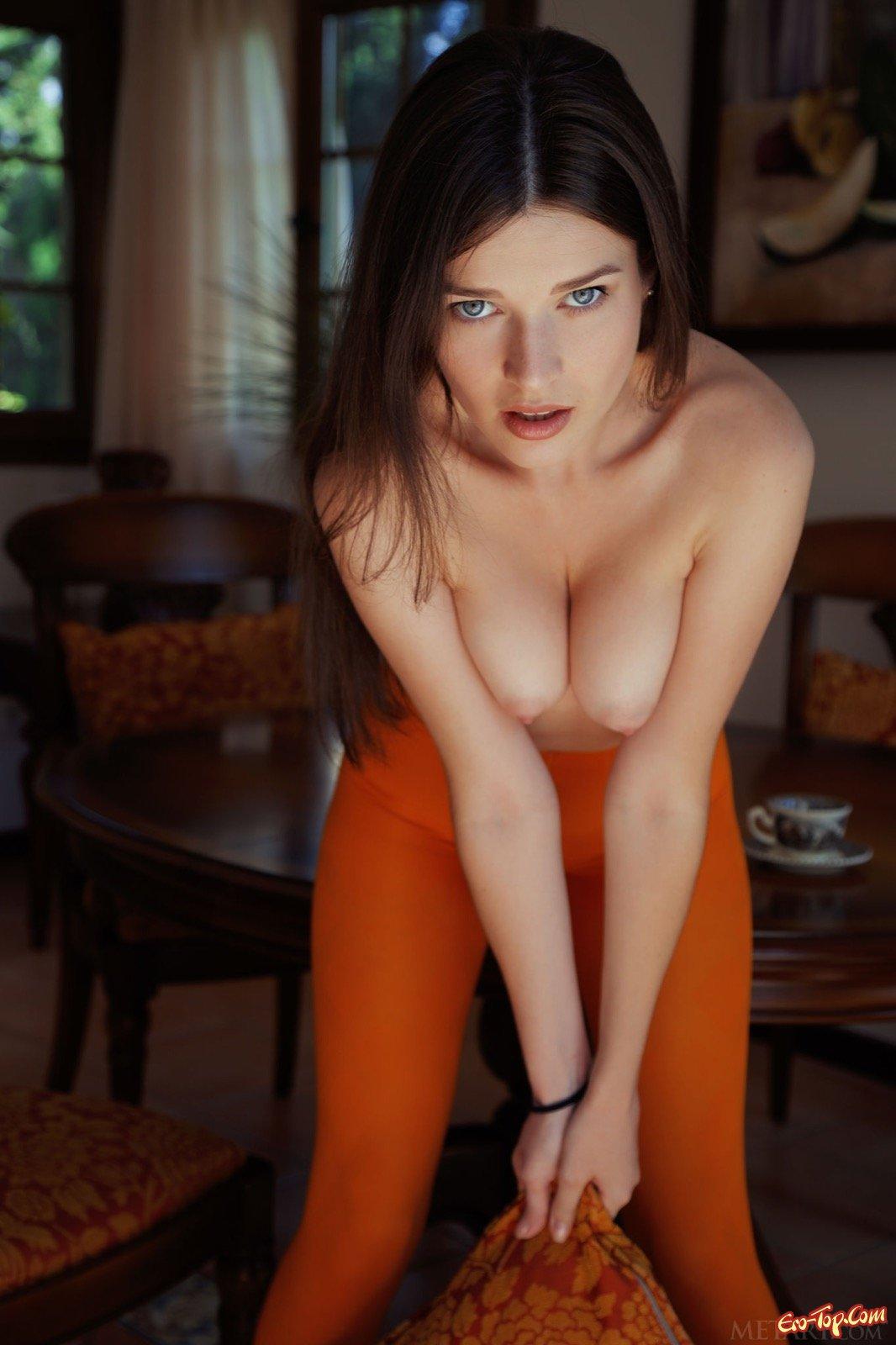 Подтянутая барышня в колготках фотографируется на столе и полу секс фото