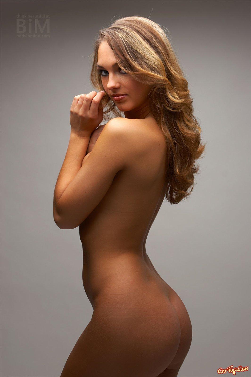 Загорелая девица с оголенной упругой грудью