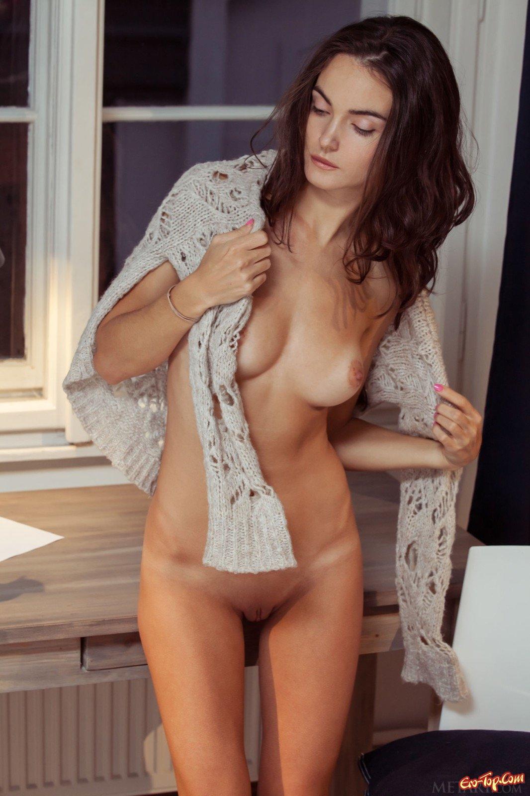 Милашка в чулках и нижнем белье сняла одежду около окна