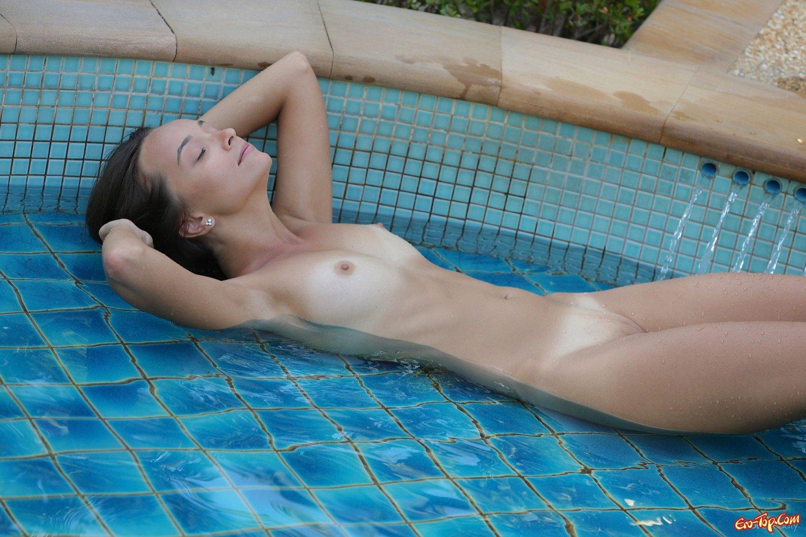 Шлюха балдеет и снимается в маленьком бассейне