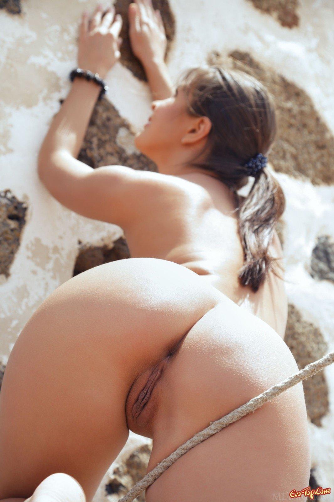 Милашка в сарафане показывает тело возле мельницы