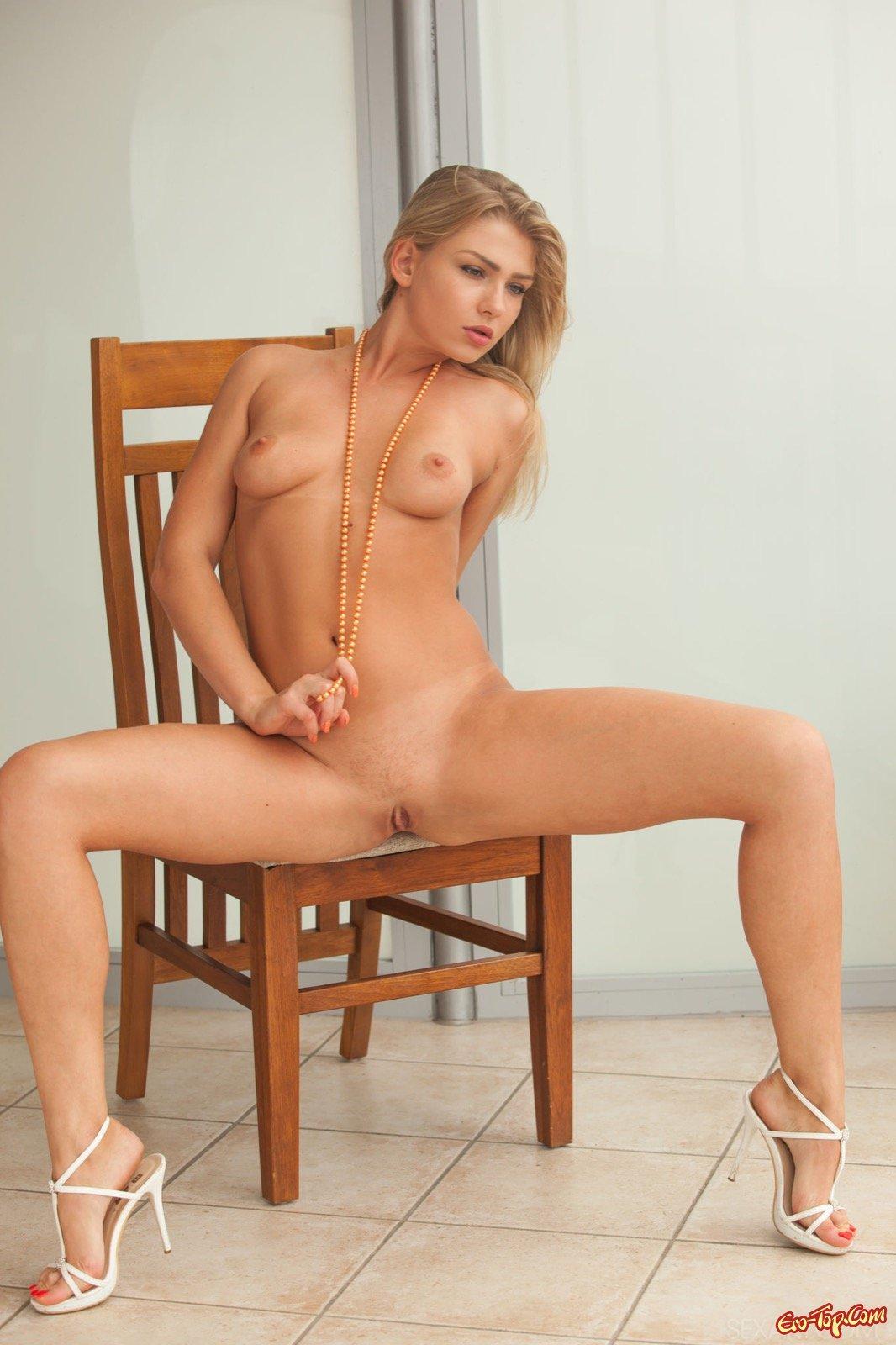 Сняв бикини красоточка показала пилотку сидя на стуле