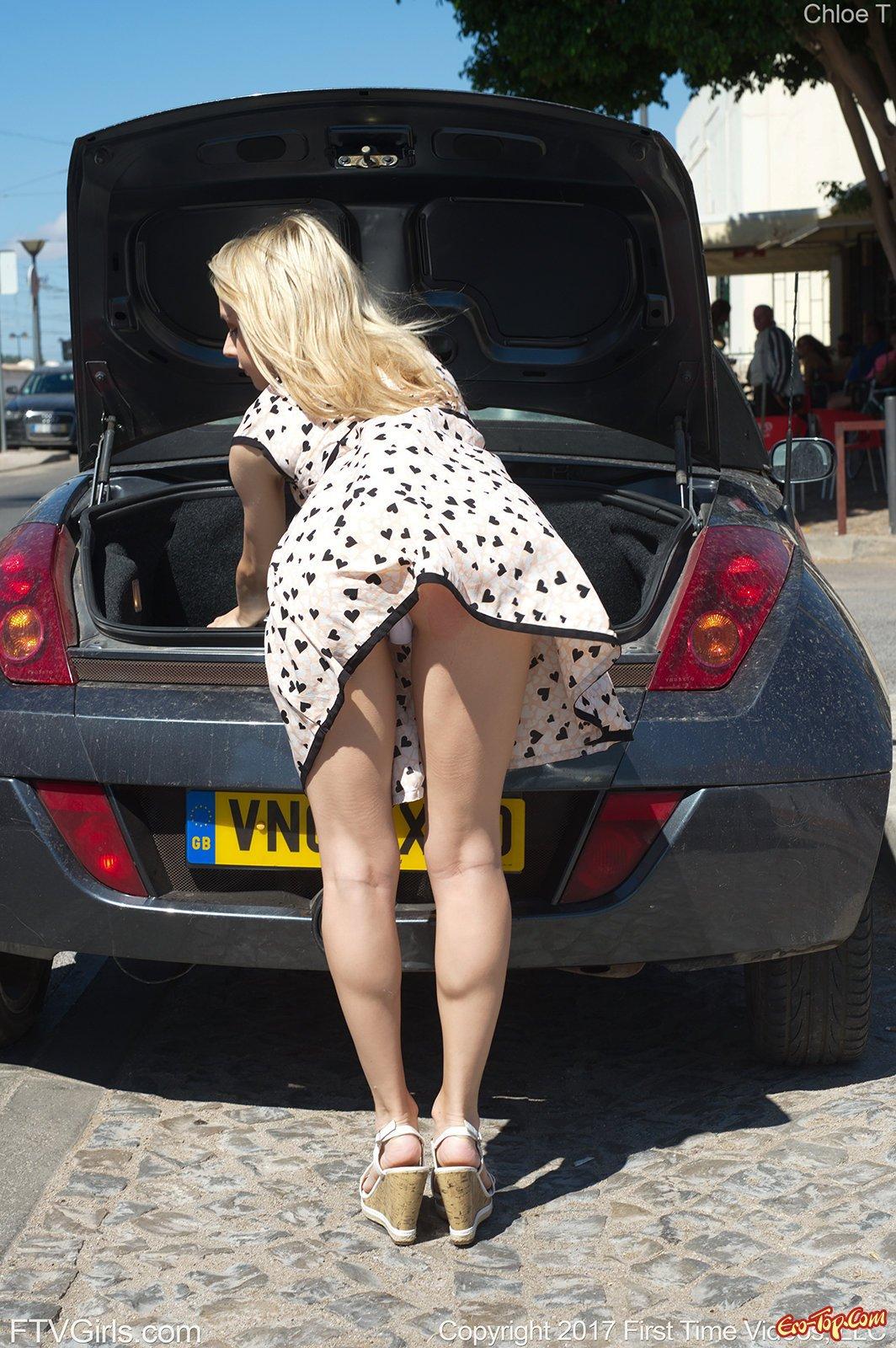 Светлая порноактриса в стрингах и коротком платье в общественном месте