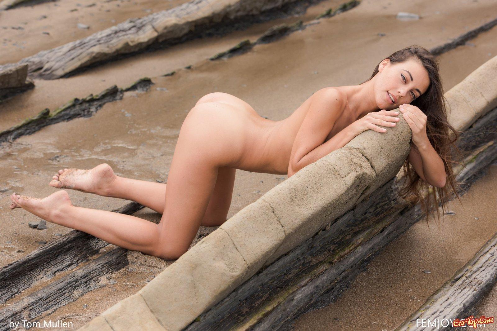 Раздетая сучка обнажила супер туловище в безлюдном месте секс фото