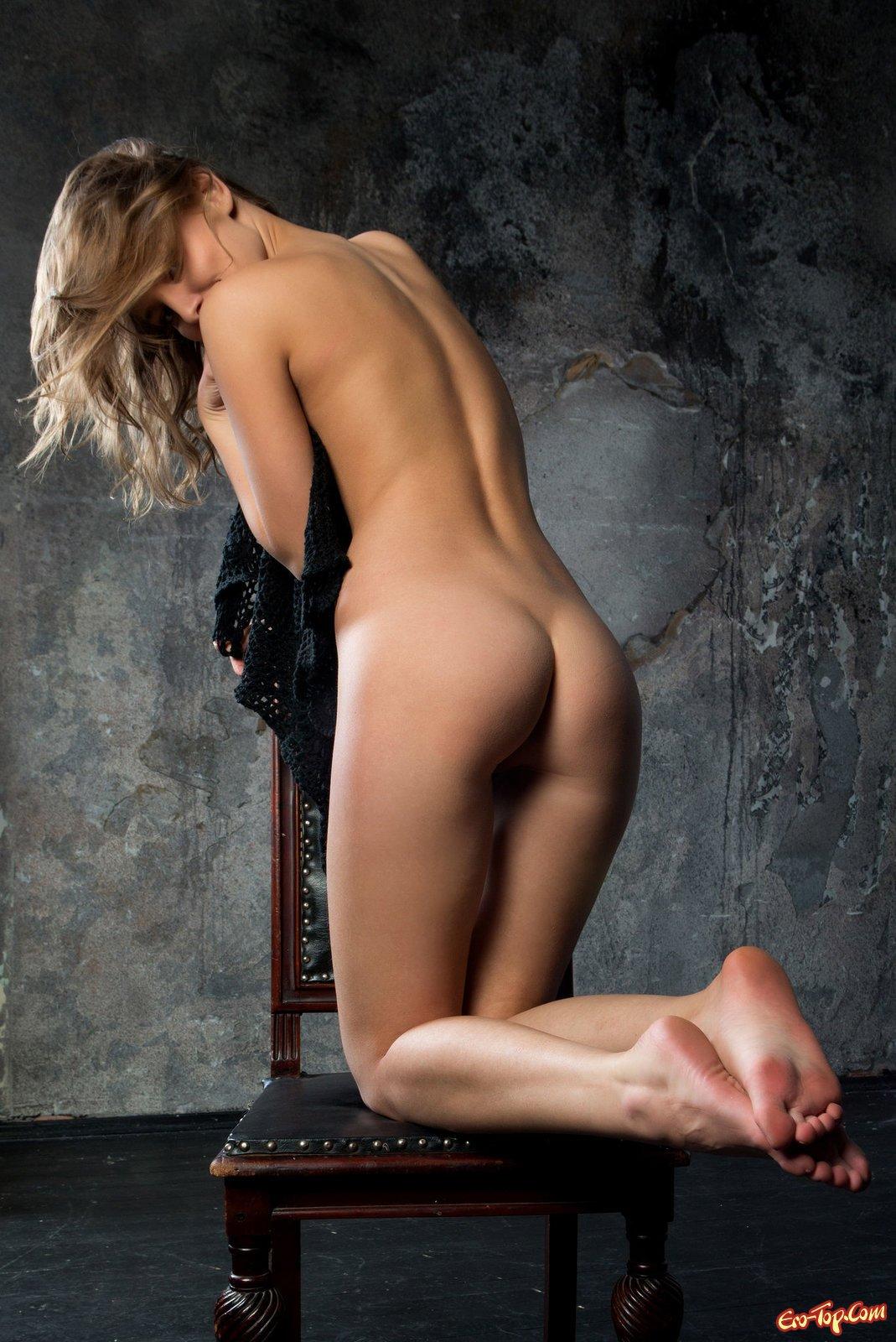 Красотка без лифчика сексуально фоткается на стуле