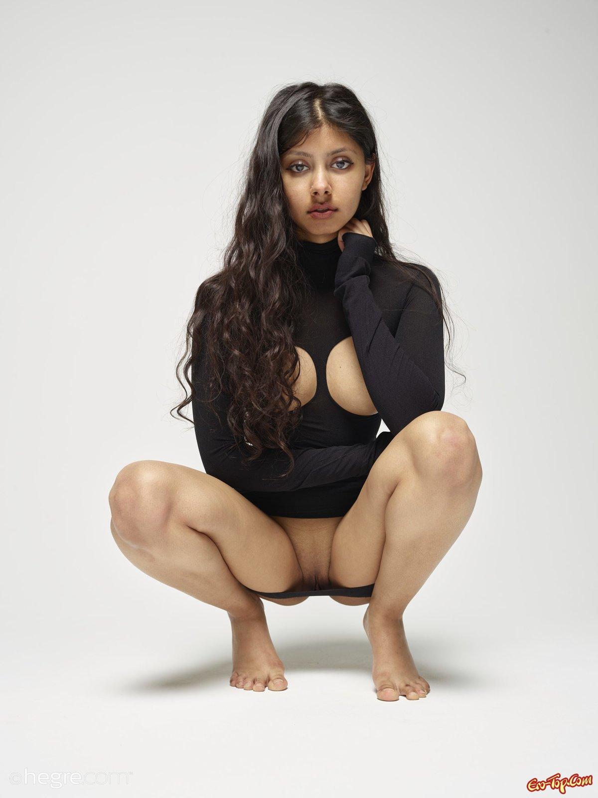 Милашка в сексуальном наряде показала грудь и киску