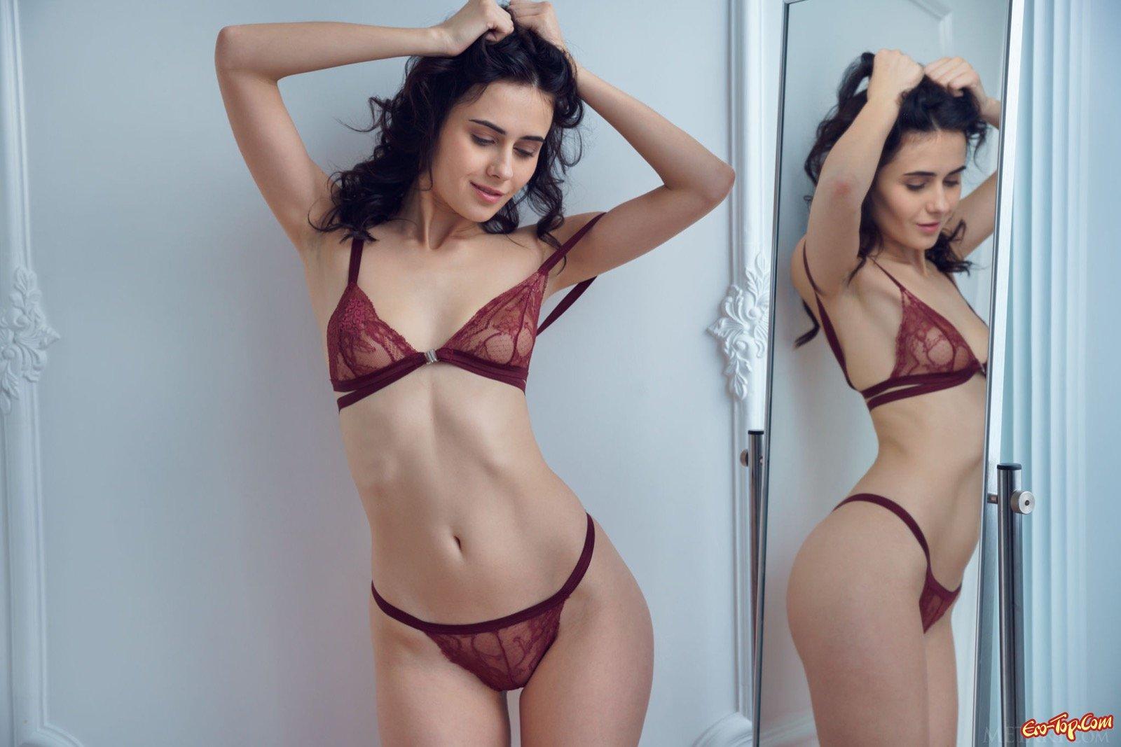 Девица в красивом белье показывает тело перед зеркалом смотреть эротику