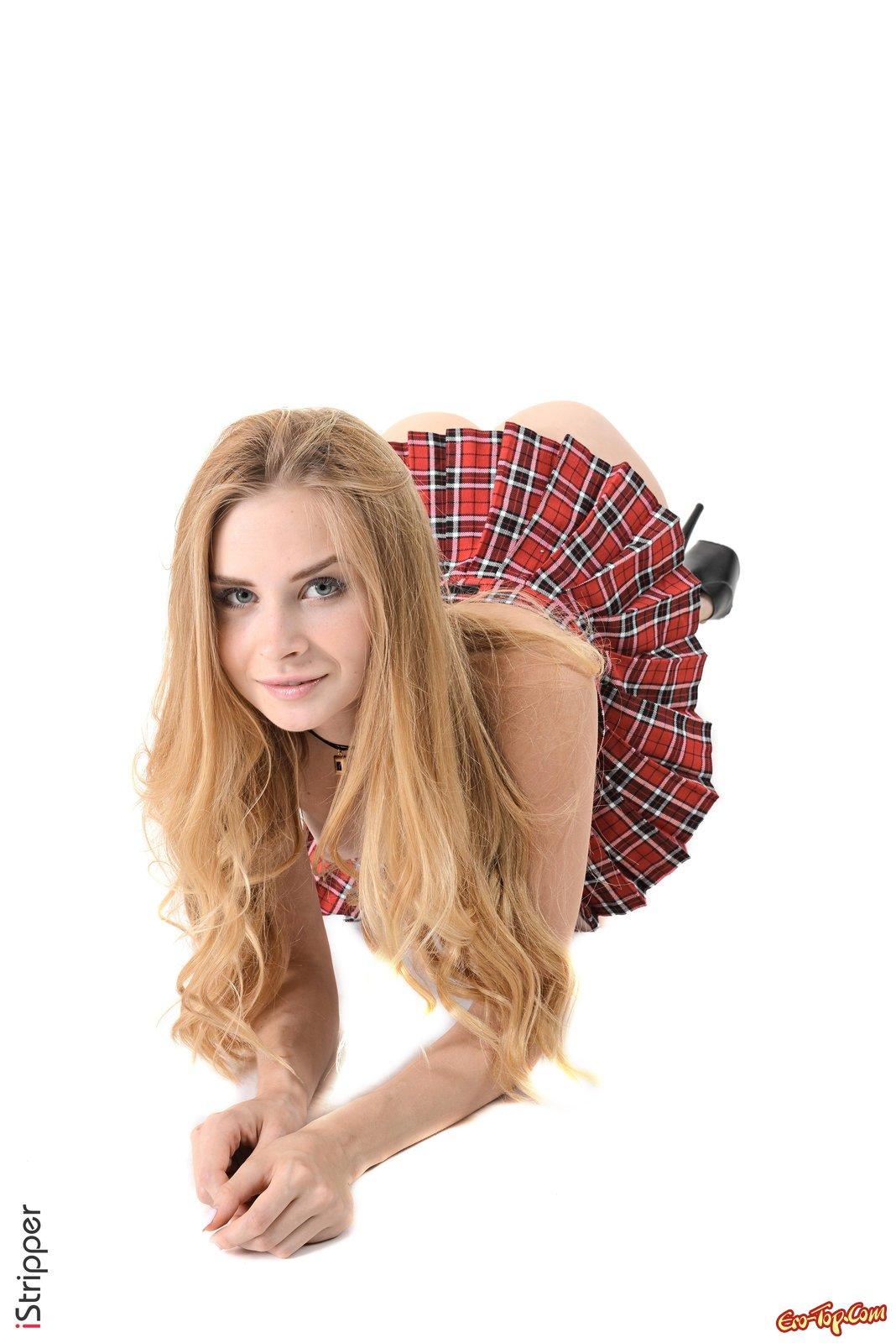 Сексуальная блондинка медленно сняла короткую юбку