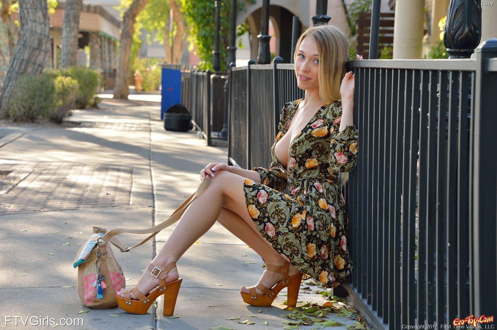 Блондинка любит засвечивать свое голое тело на улице