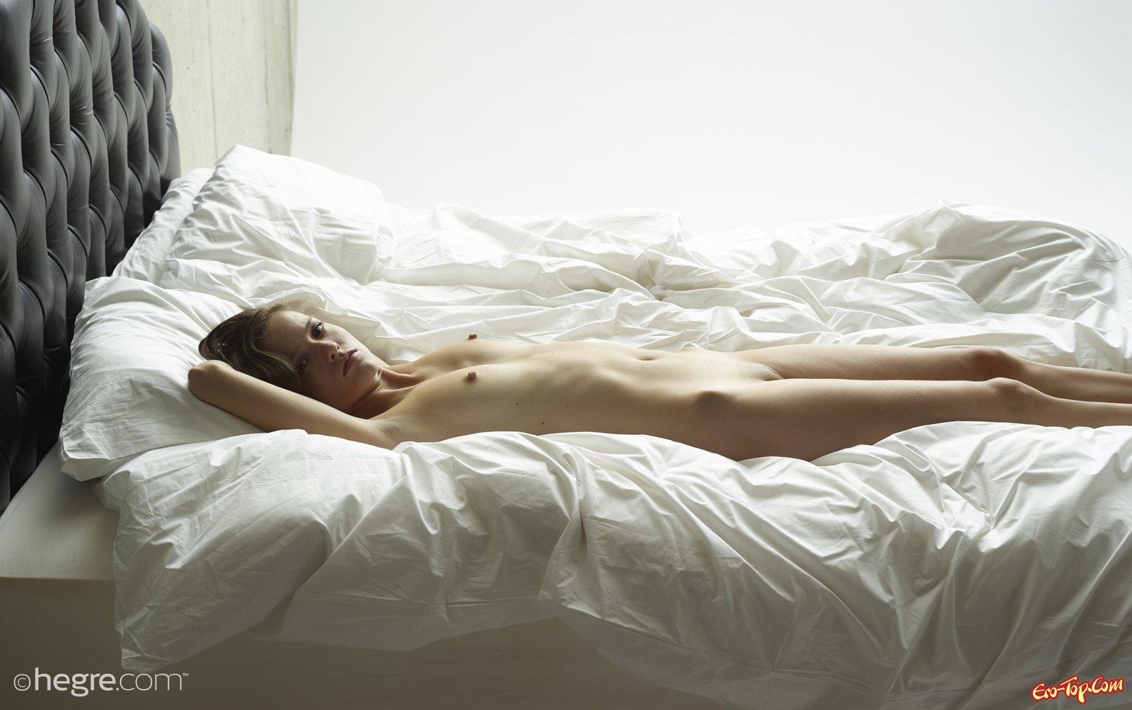 Чистенькая письку ощущает прикосновения вибратора в постели смотреть эротику