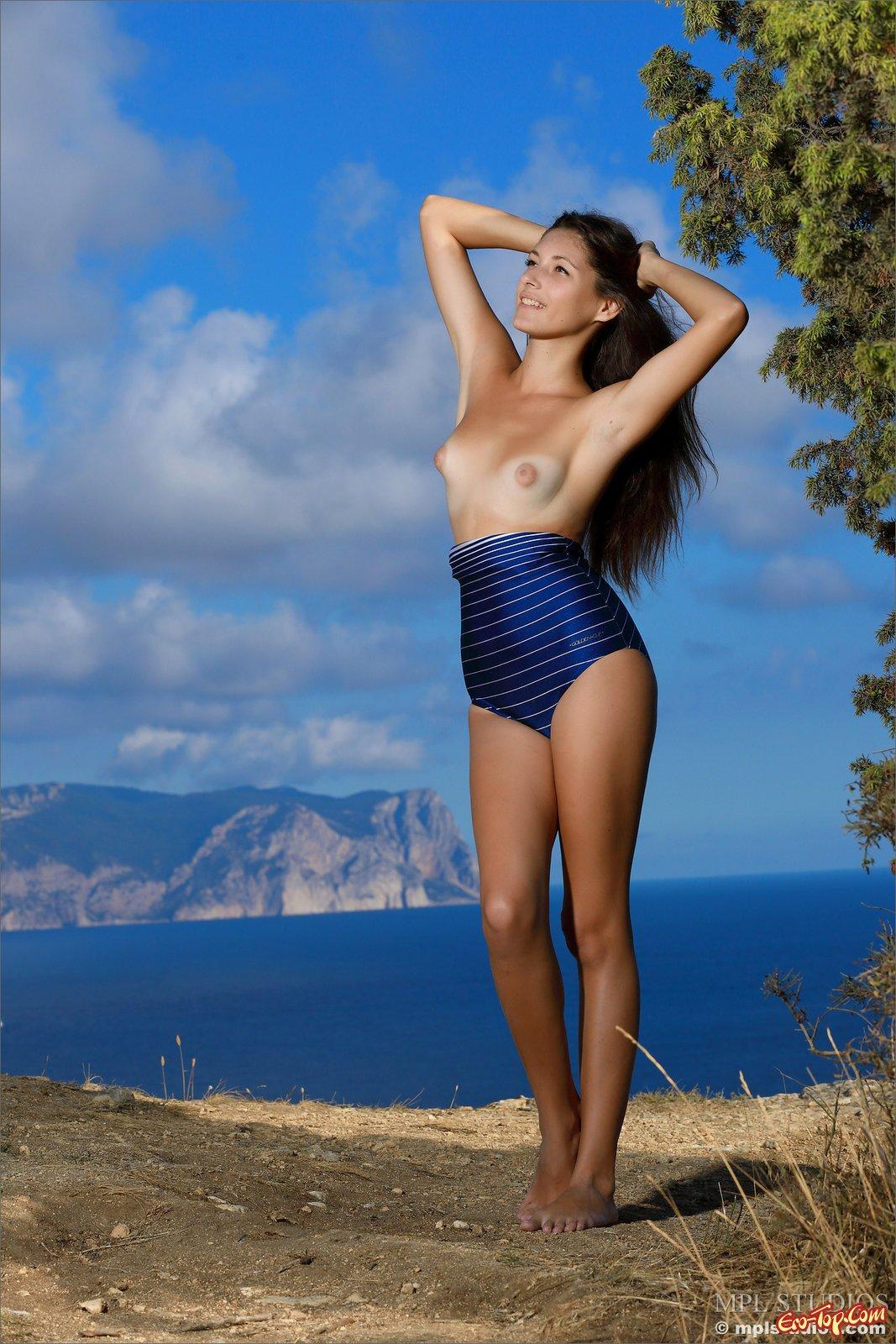 Изящная леди стащила купальник на горе на берегу моря секс фото