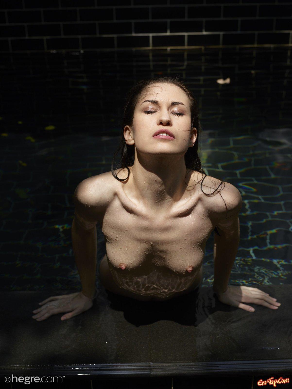 Голая давалка с торчащими сосками вылезла с бассейна