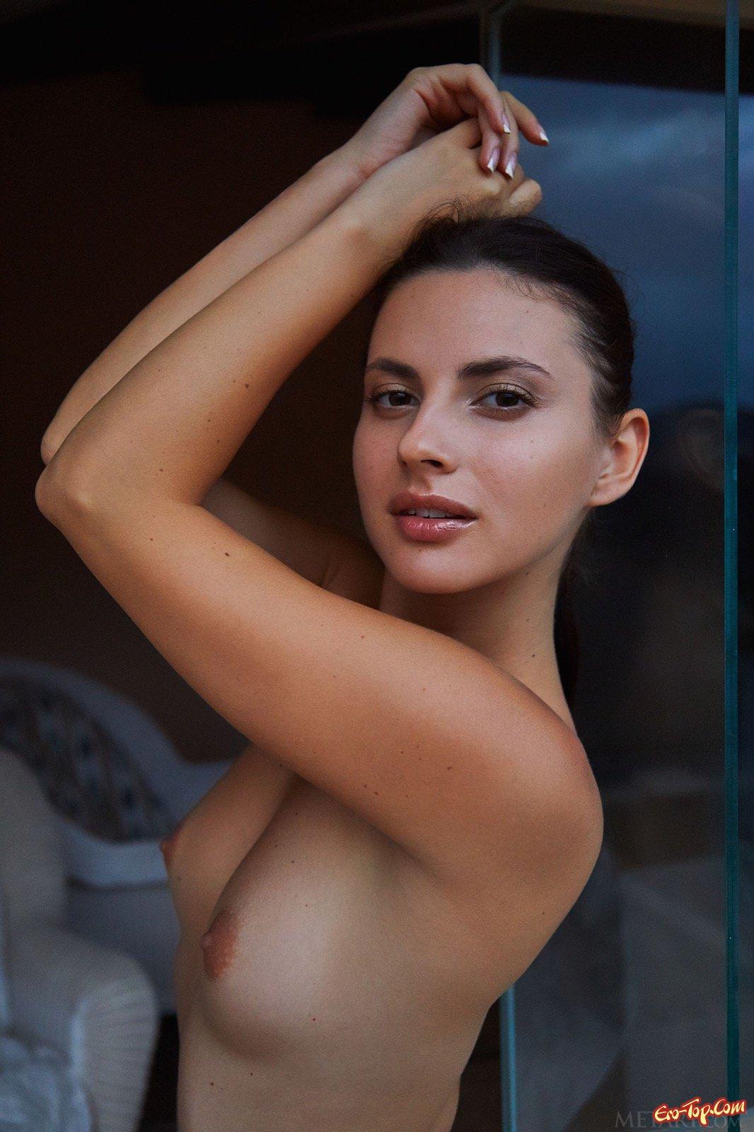Страстная девица в мокрой блузке нежиться в ванной