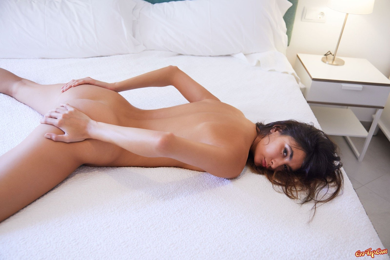 Эротичная модель с сексуальным телом сняла белье