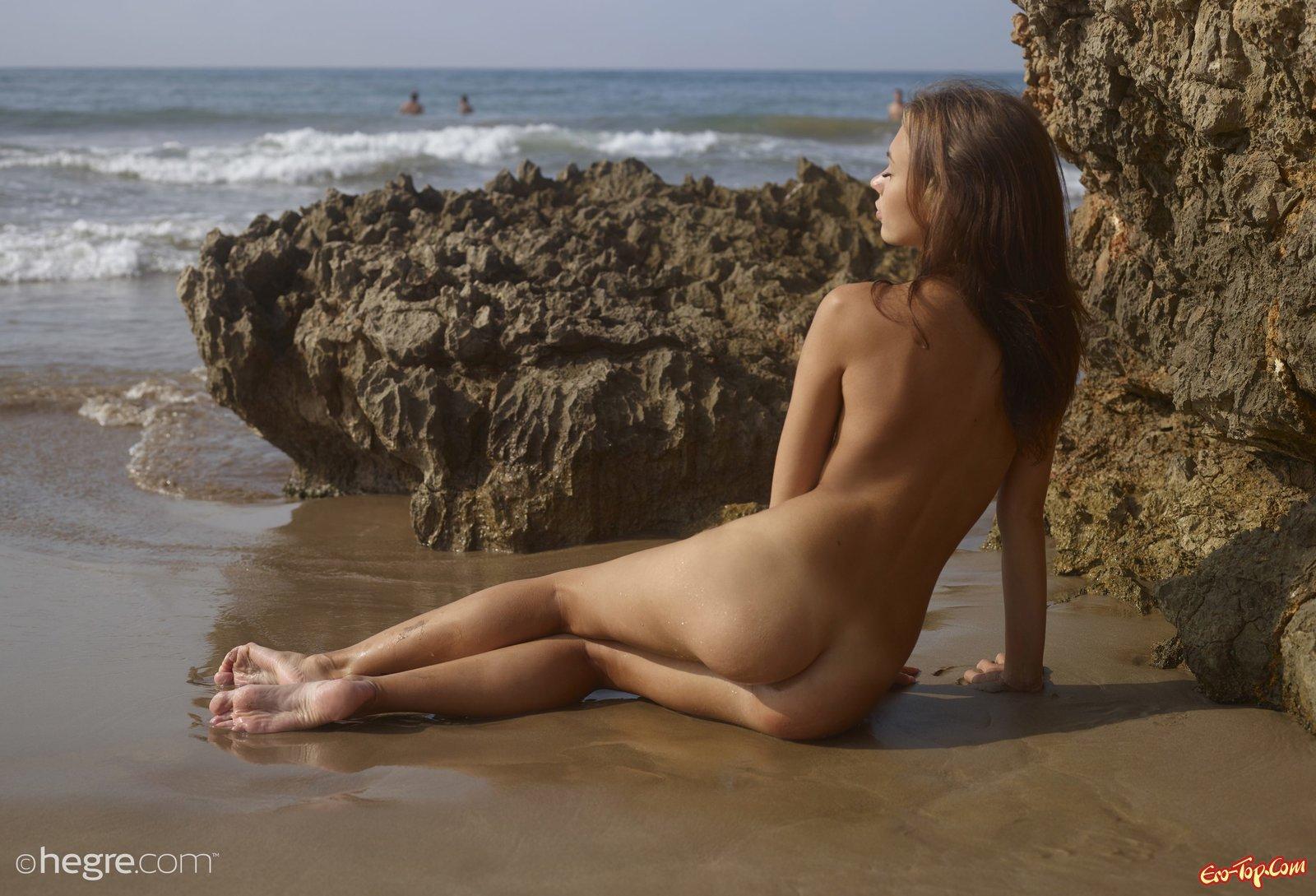 Хорошенькая шатенка с маленьким бюстом намочилась на море
