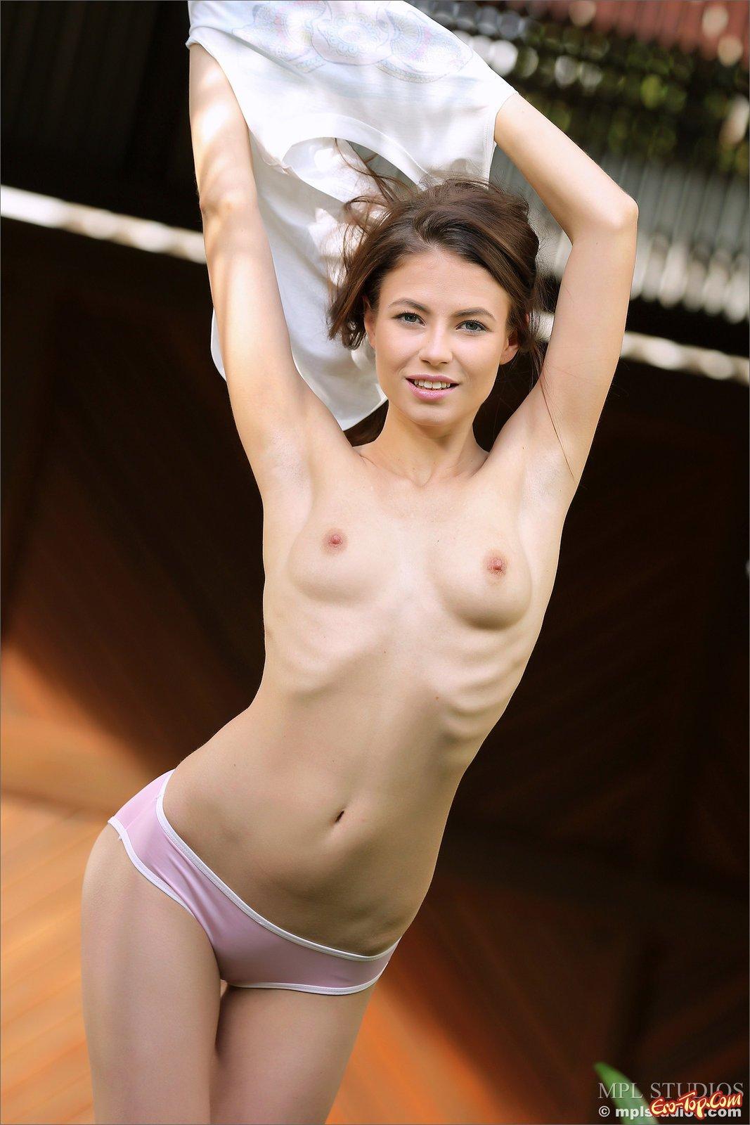 Юная милашка с худеньким торсом скинула бикини
