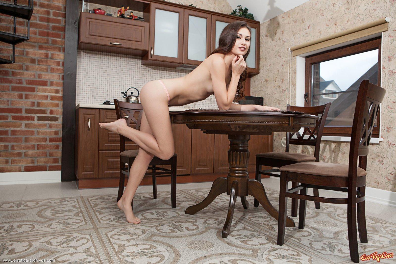 Прислуга с шикарными ногами сняла трусы на кухне