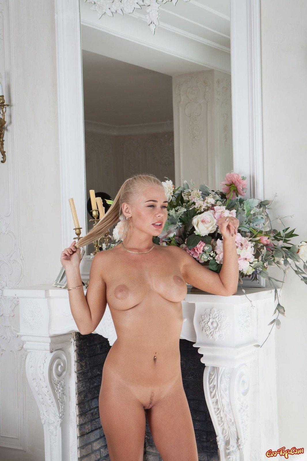 Элегантная блондинка с сексуальным телом сняла платье