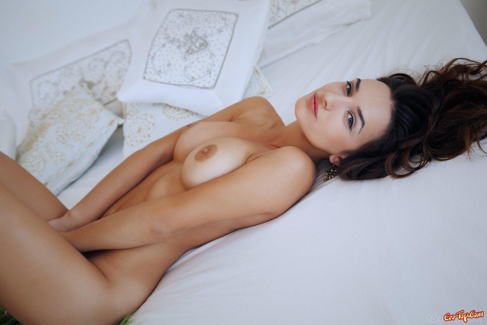 Голая девка засветила письку крупным планом в постели