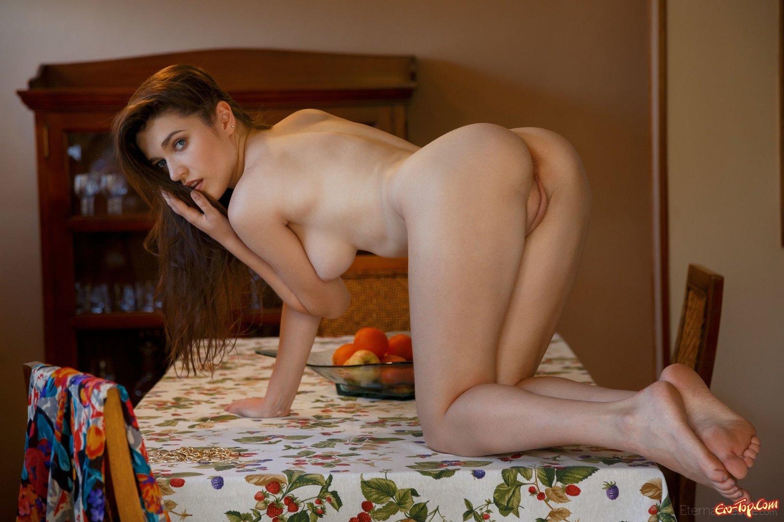 Страстная красотка с голой попой встала раком на столе
