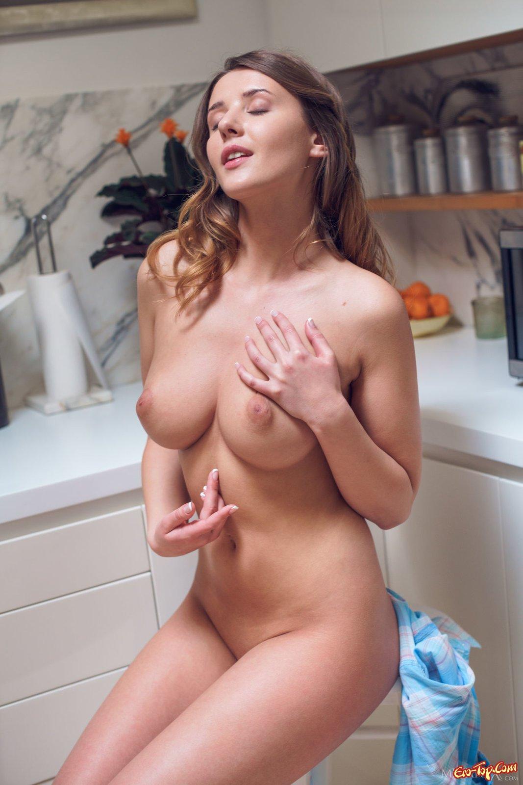 Красотка снимает нижнее белье и ласкает пилотку на кухне