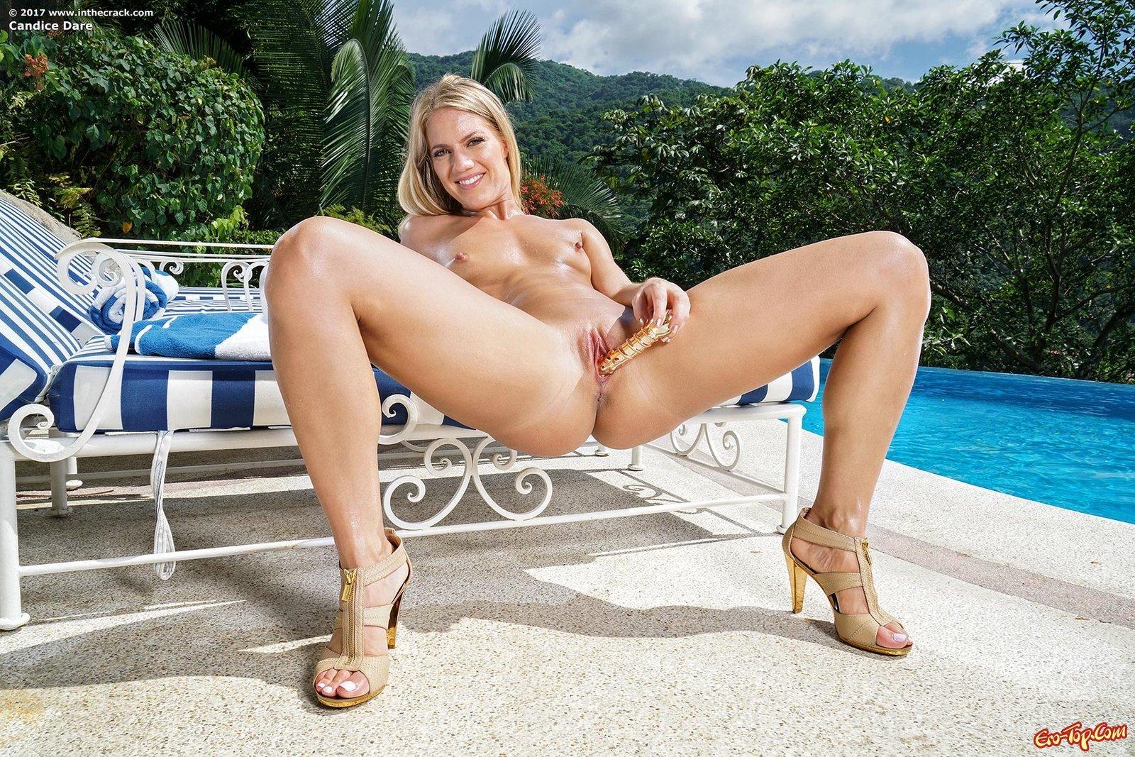 Блондинка с горячей жопой совращает писю у бассейна