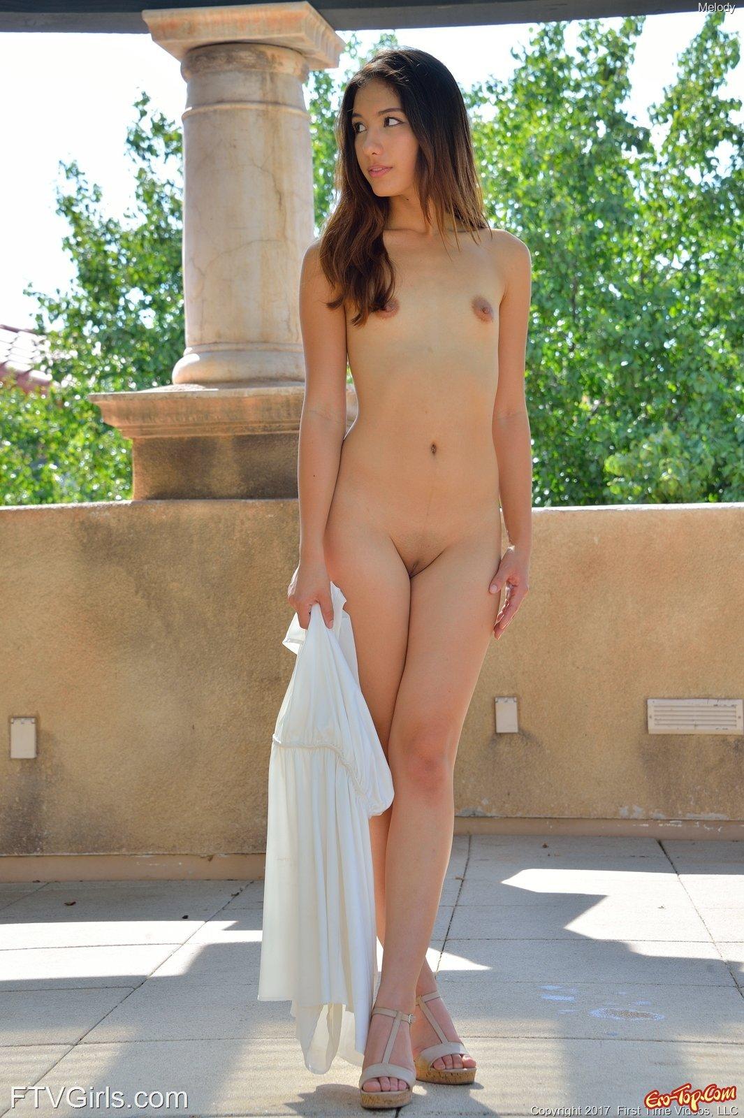 Девушка гуляет в платье без трусиков