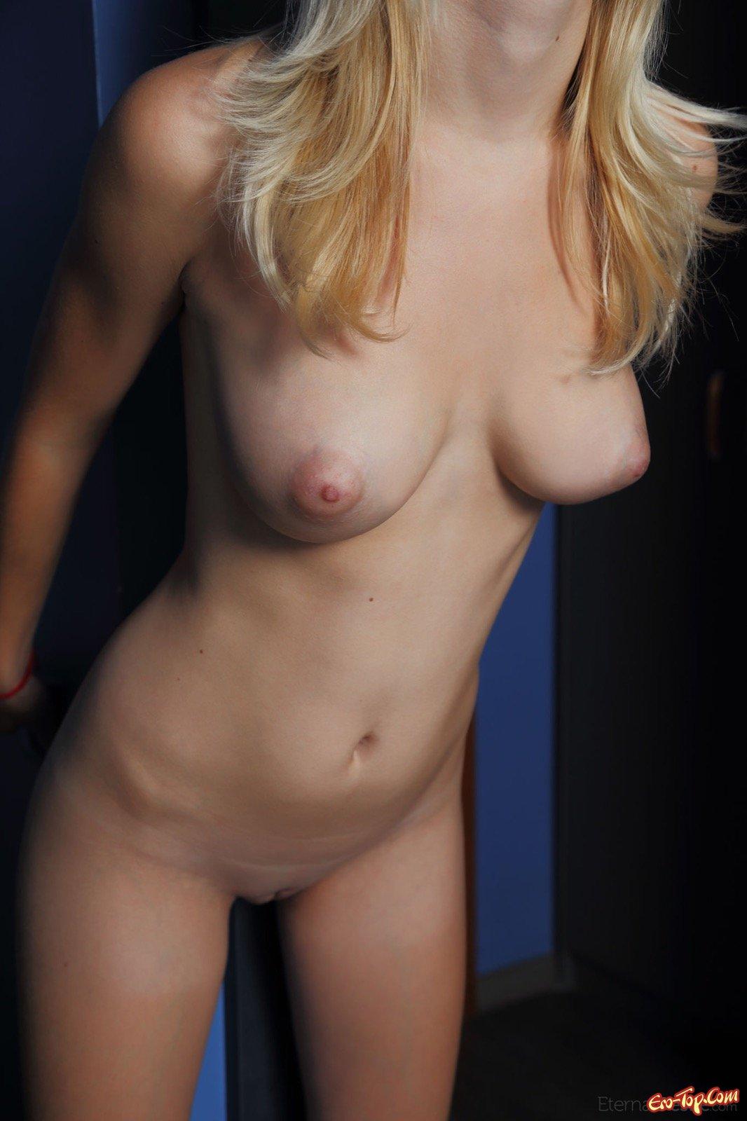 Классная блондиночка засветила сиськи секс фото
