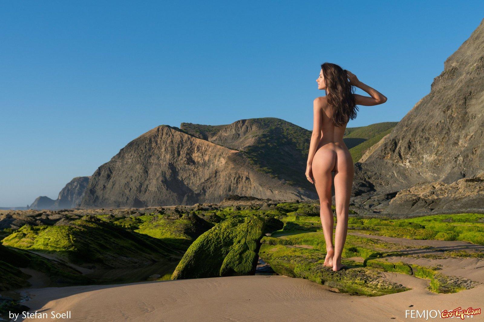 Раздетая красавица гуляет рядом с диким пляжем