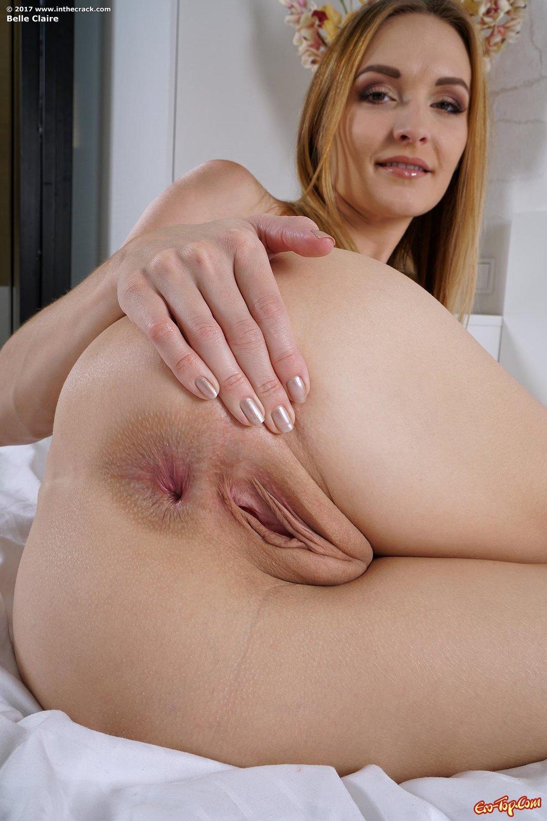 Женщина без стрингов разводит ягодицы на постели смотреть эротику