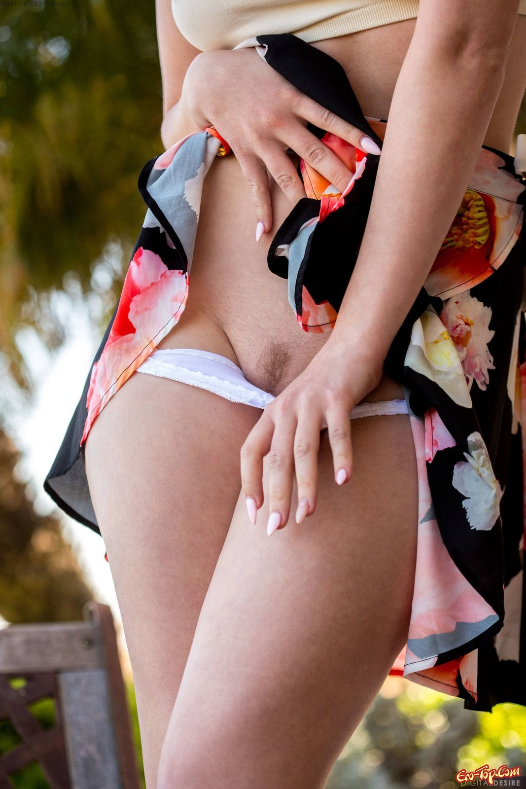 фото белых трусиков под юбкой