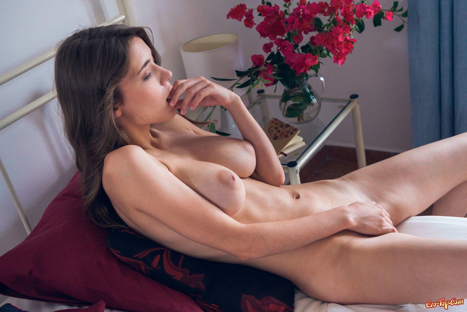Худышка с широкой грудью проникает руками в пизду