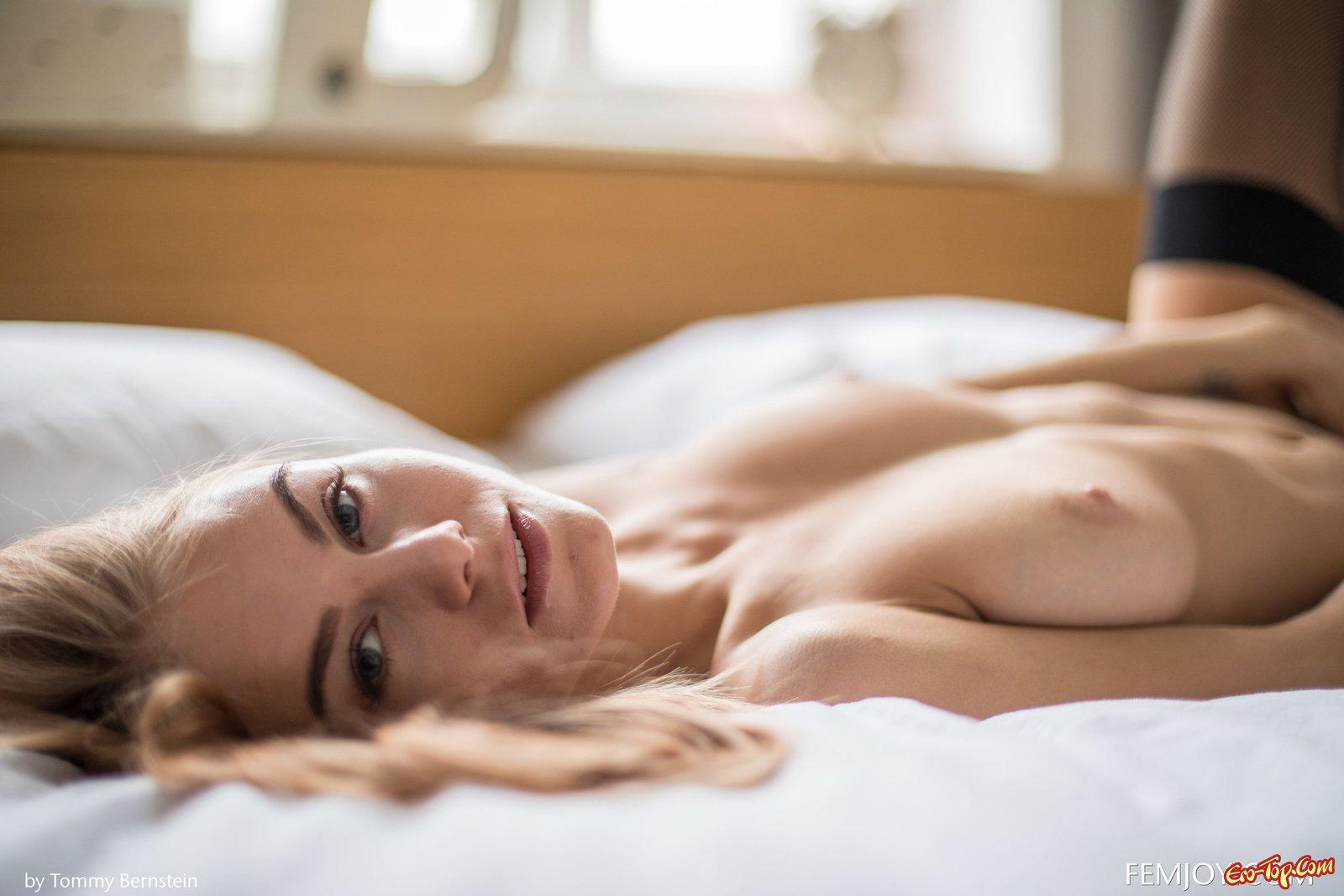 Стройняшка в чулочках элегантно позирует в постели