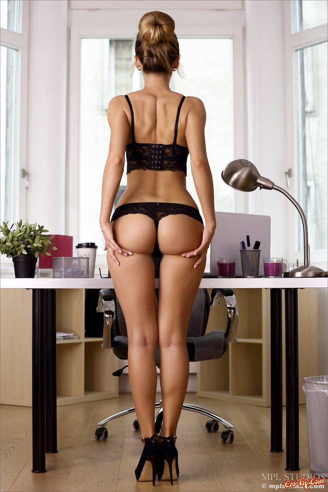 Коллега с стриженной попой оголилась в кабинете