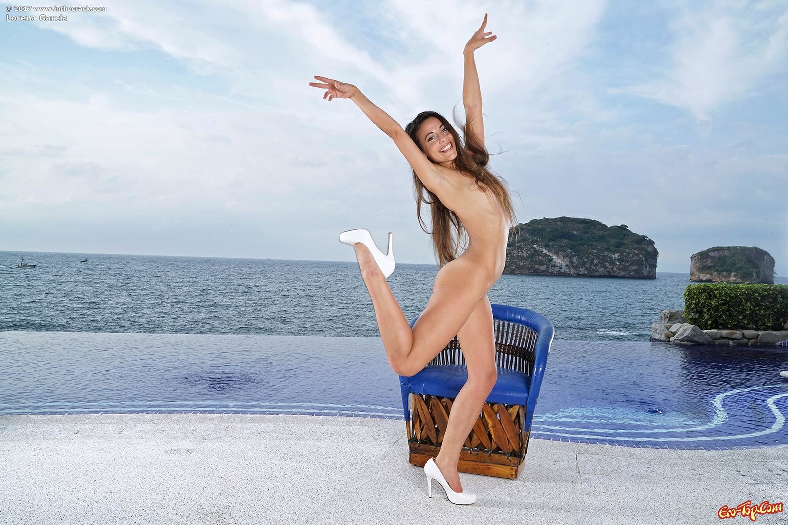 Эффектная девка сняв купальник позирует в бассейне